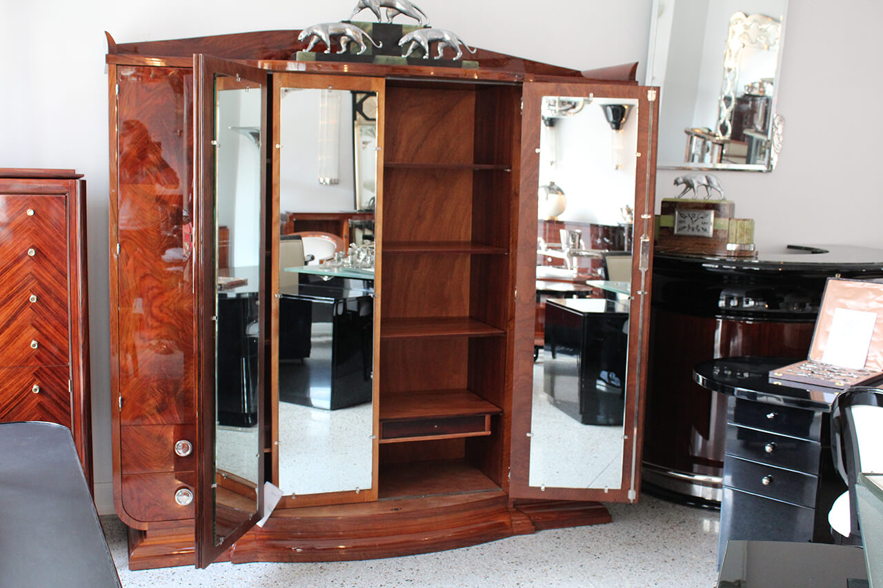 gro er schrank in franz sischem nussbaum art d co annette stern art d co m bel lampen. Black Bedroom Furniture Sets. Home Design Ideas